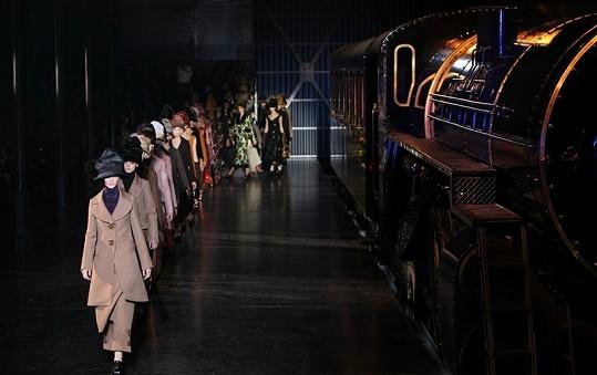 """Modelky vystupovaly z """"Louis Vuitton Expressu"""" jedna po druhé."""