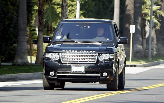 Bruce Willis odjíždí od domu Demi Moore v Los Angeles.