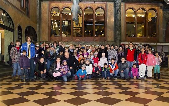Skupina dětí z dětských domovů v Paláci Lucerna.