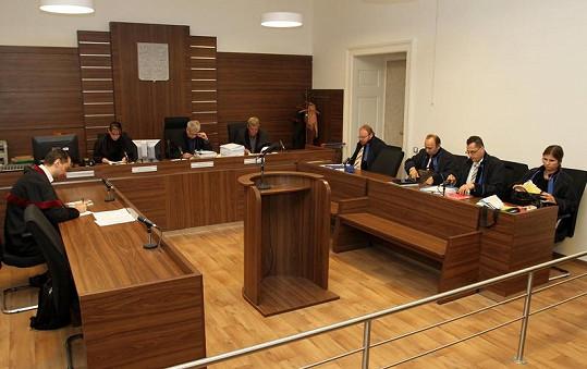 Těsně před vynesením rozsudku nečekaně zkolaboval státní zástupce (vlevo).