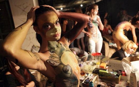 Některým ženám umělci pomalovali i obličej.