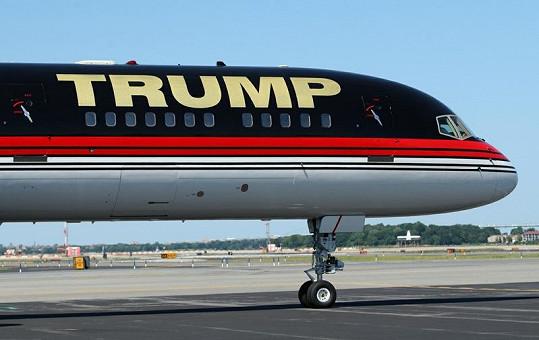 Donald Trump používá své jméno jako značku, proto není divu, že zdobí i letadlo zvenčí.