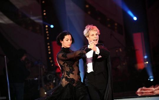 Vítěz dalšího ročníku StarDance Jan Onder zatacuje zahajovací tanec s Toniou.