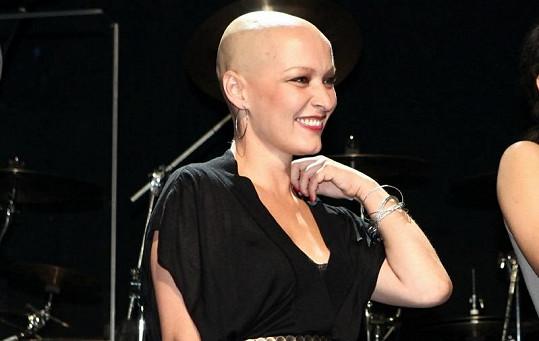 Karolína Ruppert si nechala kvůli chemoterapii a ozařování oholit vlasy.