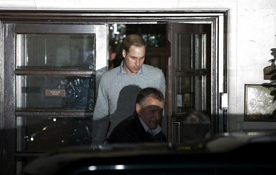 Princ William vychází z nemocnice, kde leží jeho žena.