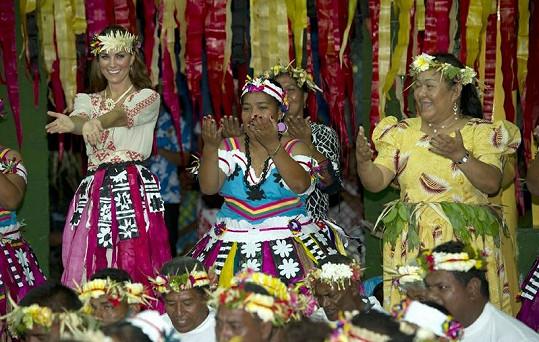 Kate v tradičním kroji zkouší místní tanec.