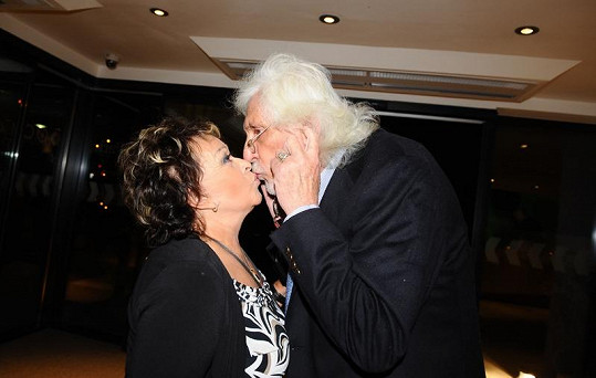 Po francouzáku s fotografem Ludvíkem byla Jiřina Bohdalová při polibku s Petrem Hapkou opatrnější.