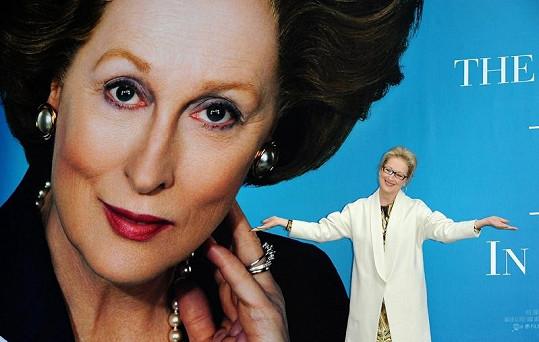 Meryl Streep u plakátu Železné lady.