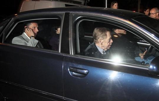 Havel zajel autem k zadnímu vchodu, aby se vyhnul novinářům.