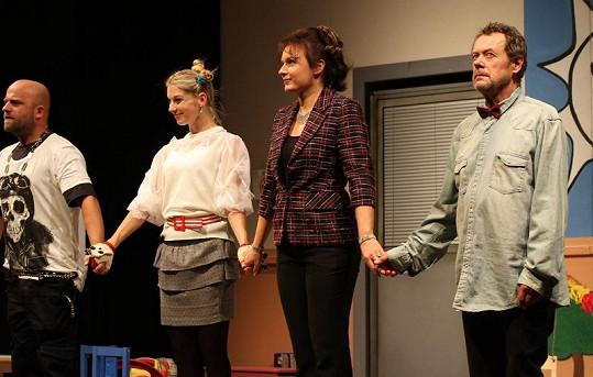 Herci na děkovačce v kostýmech ze second handu.