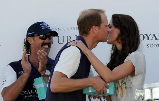 Kate předávala vítěznému týmu pohár, manželovi však přidala ještě polibek.