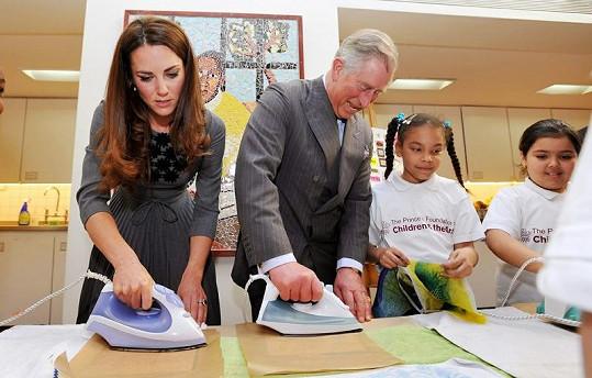 To se jen tak nevidí - Kate a princ Charles s žehličkou v ruce.