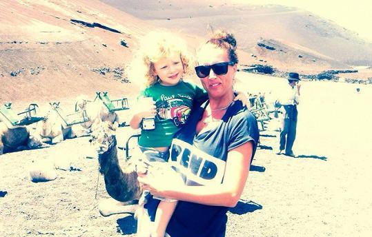 Max se svou tetou Yvonnou na vyjížďce na velbloudech.