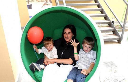Lucie se syny si vyzkoušela designovou houpačku.