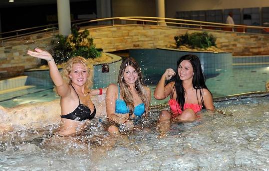Krásné finalistky Veronika, Alena a Barbora v bazénu.