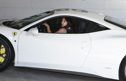 Kim Kardashian ve svém voze.