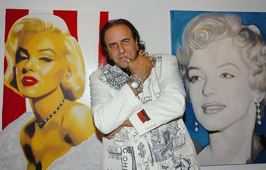 Steve Kaufman vedle svých obrazů Marilyn Monroe.