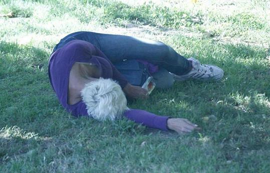 Herečka v parku hodně přebrala.