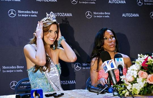 Dulcita Lieggi se raduje z korunky Miss, kterou jí po vypadnuvší Carlině Durán předala ředitelka soutěže Magali Febles.