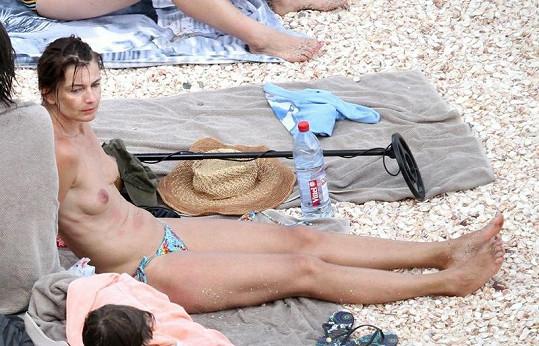 Modelka vystavovala své tělo slunečním paprskům.