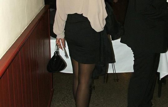 Lejla předvedla svůj pevný zadek v černé sukni.