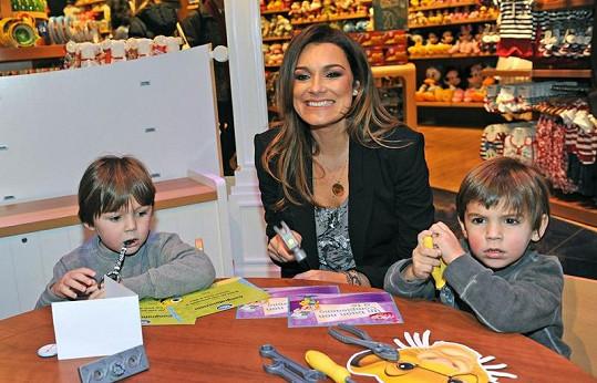Alena Šeredová a její synové si mohli vyzkoušet interaktivní možnosti obchodu.