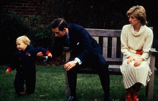 V zahradách Kensingtonského paláce udělal princ William první krůčky. Na snímku s rodiči v roce 1983.
