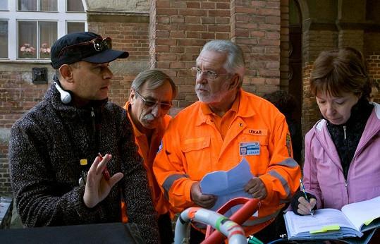Jaromír Hanzlík alias doktor Jandera s režisérem Renčem. V pozadí Pavel Zedníček.