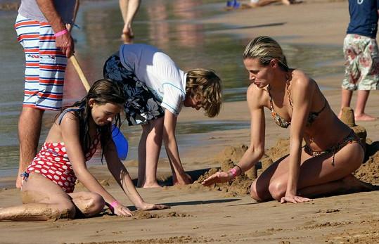 Brooke si hrála s dcerami.