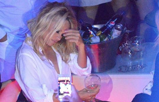 Pamela se napije s chutí.