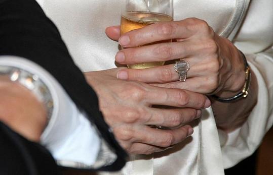 Elegantně vybroušený diamant nejvyšší kvality na zásnubním prstenu zdobí ruku Angelině Jolie.