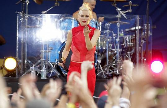 Zpěvačka odprezentovala se svou kapelou novou skladbu Push and Shove.