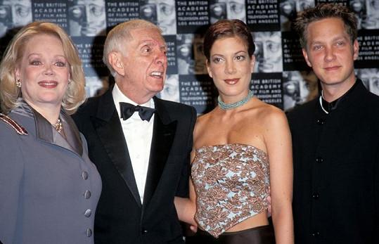 Sídlo dříve obýval režisér Aaron Spelling se ženou Candy a jejich dětmi Tori a Randym.