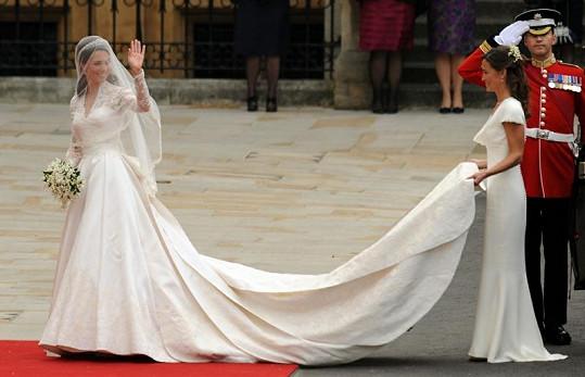 Šaty Kate Middleton navrhl již zesnulý Alexander McQueen. Vlečku nevěstě drží její sestra Pippa.