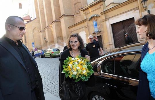 Claudia Cardinalová před hotelem.