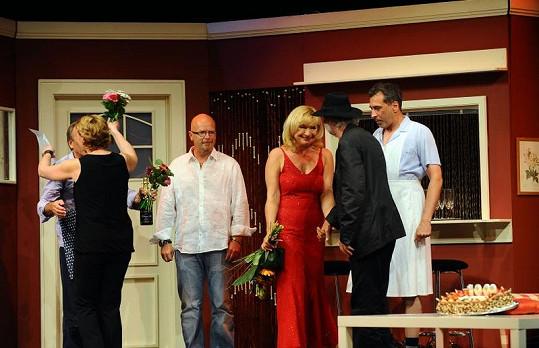 Poblahopřát přišli kromě šéfa divadla i životní partneři obou herců.