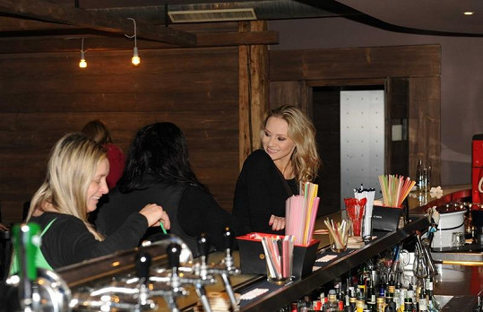 Martina s maminkou a kamarádkou v baru.