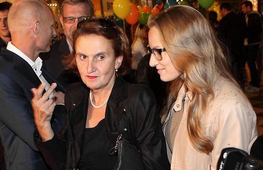 Eva Holubová s dcerou Karolínou, která už slavnou mámu přerostla.