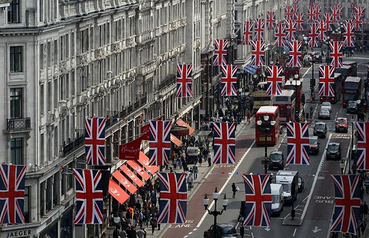 Londýn je na královskou svatbu důkladně připraven.