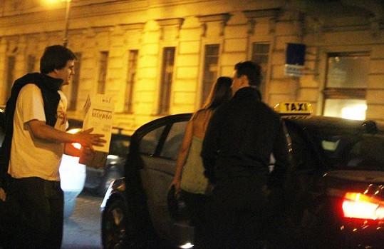 Přestože partička popíjela celou noc v baru v centru Prahy, domů si vezou krabici plnou šampaňského.