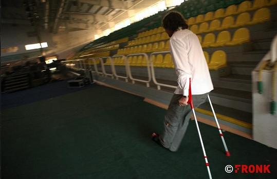 Petr Malásek chvátá se zlomenou nohou na zkoušku před koncertem.