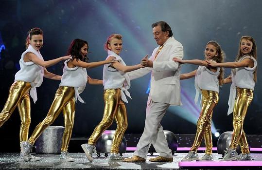 Topercerovy hvězdy Karel Gott a 5Angels během společného vystoupení.