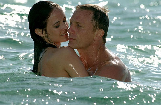 Eva s Danielem Craigem v Casinu Royal.