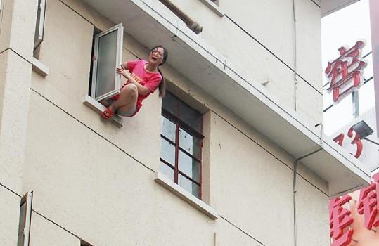 Zoufalá nemocná žena krátce předtím, než vyskočila.