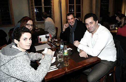 Martin Dejdar s rodinou a Davidem Suchařípou před promítáním chvíli poseděli v restauraci.