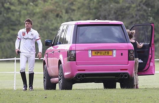 """Růžové auto Katie Price bylo posledním """"Barbie"""" doplňkem."""