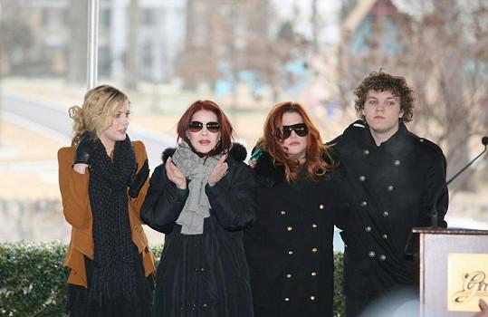 Riley Keough (vlevo) s babičkou Priscillou, matkou Lisou Marií a bratrem Benjaminem Stormem.