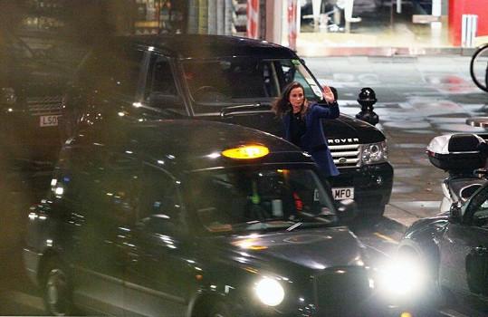Pippa si zastavovala taxi.