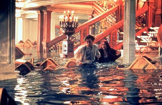Kate Winslet a Leonardo DiCaprio bojují o život v potápějícím se Titanicu.