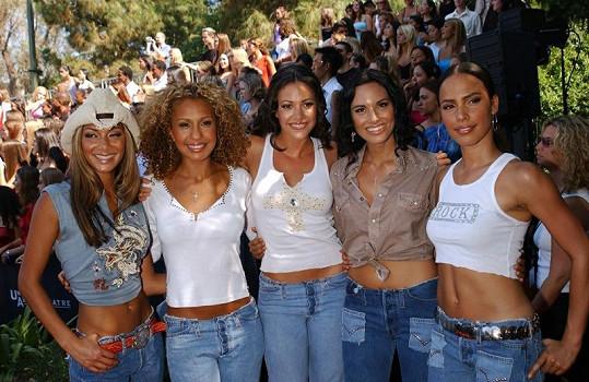 Nicole (vlevo) se skupinou Eden's Crush v roce 2001.
